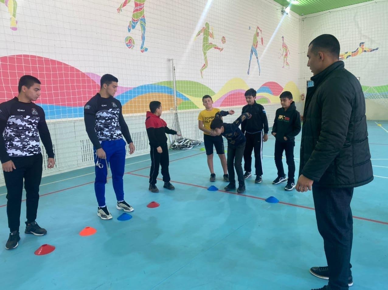 Занятия по регби в школе Сергелийского района.